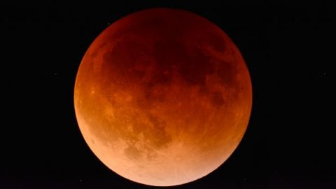 "The Rare Astronomical Spectacle ""Super Blood Wolf Moon"" Is to Appear, Jewish Rabbi: The End of the World Is Near."